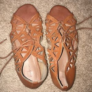 Attention spring/summer lace up sandals